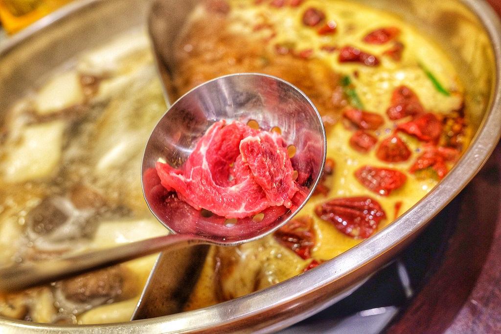▲ 湯底用骨頭長時間熬煮,營養成分和礦物質都融人高湯裏,再加些蔬菜或簡單調味料,煮出來的湯汁鮮美可口。