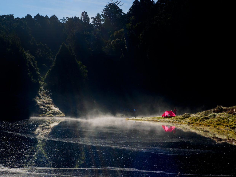 早上六七點時,加羅湖湖面會鋪上一層薄霧