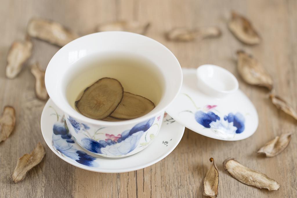 牛蒡茶有很多好處,可以通腸便,排腸毒,同時也對身體進行滋補、調理,是一種非常好的保健。