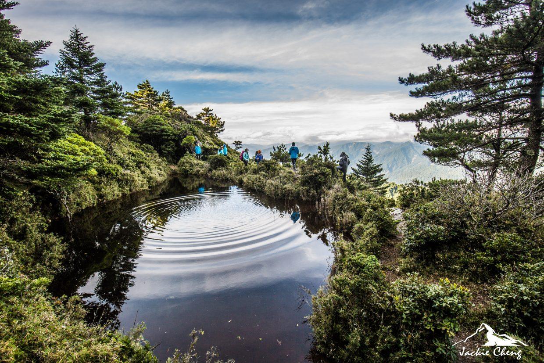 因池色黑色而得名的黑水塘。