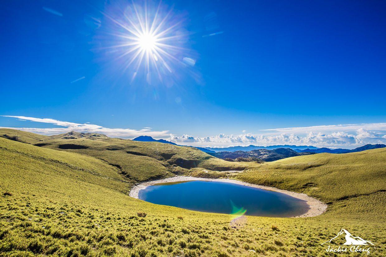 站在稜線尋找藍天的方向,才有機會拍到藍色版「天使的眼淚」喔
