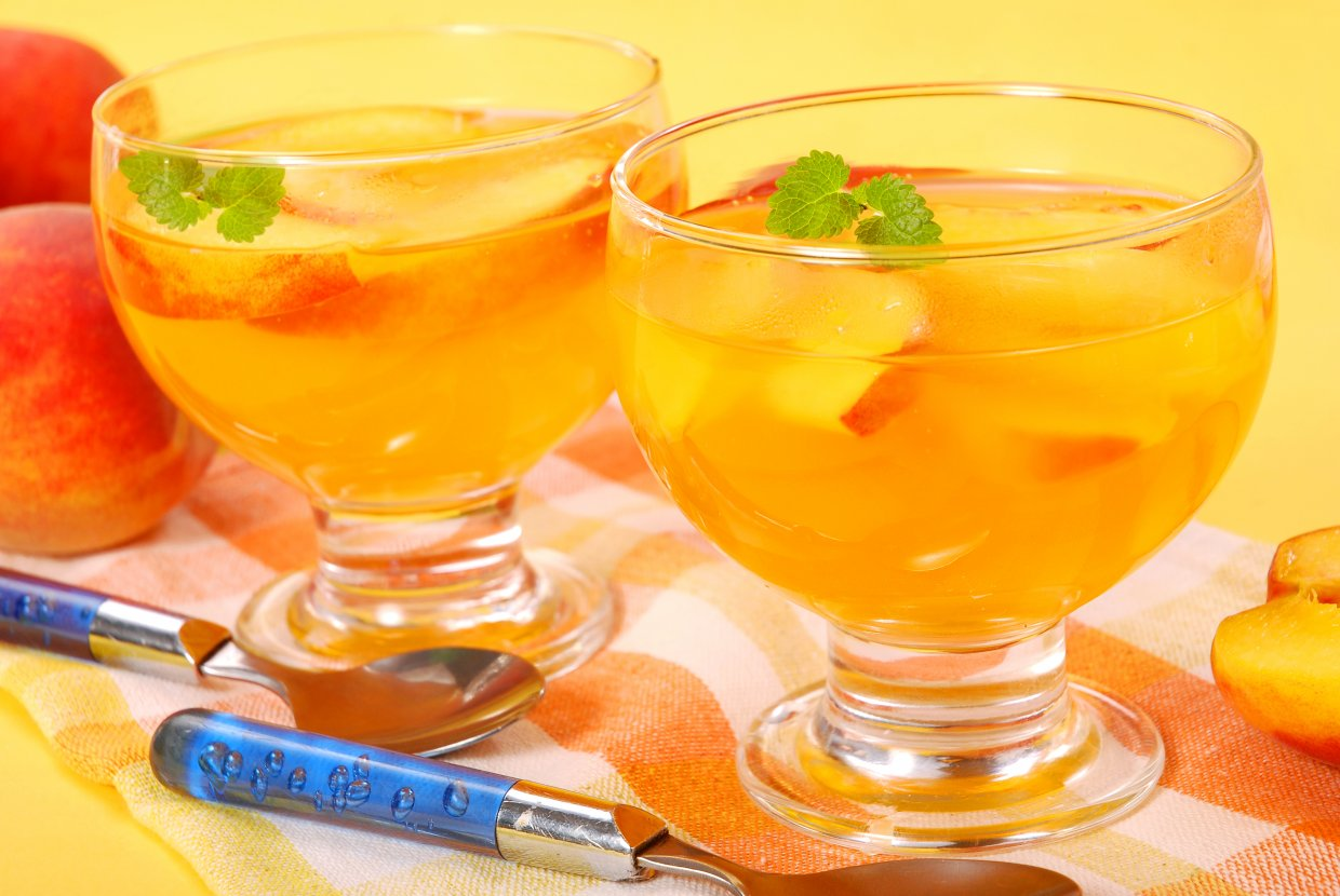 Two,Glasses,Of,Peach,Jelly,Dessert,With,Fresh,Fruits