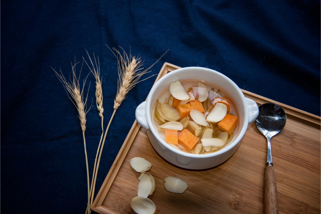 ▲ 百合、蓮子具有安神功效,煮成甜湯可以清熱降火,潤肺養顏。