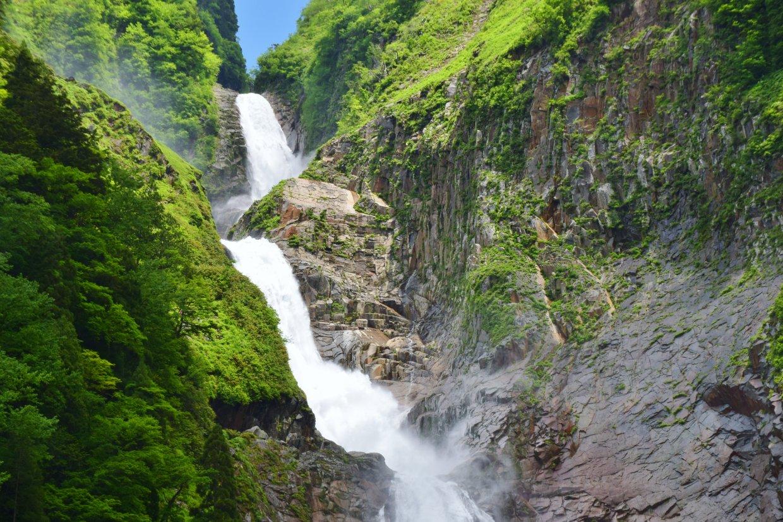 位於彌陀原跟美女平中間的稱名瀑布