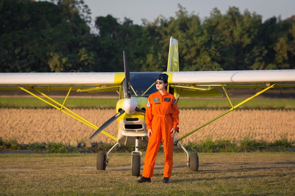 穿著飛行服駕駛輕航機