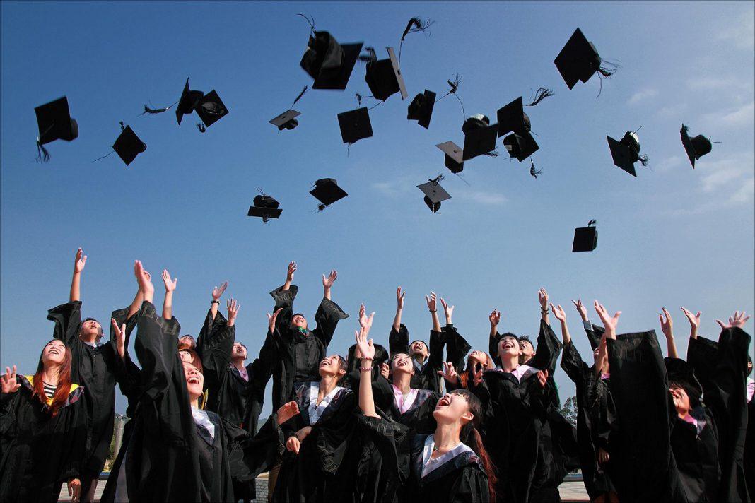 畢業旅行怎麼玩?畢旅不如帶學士服到台灣四極點環島去吧