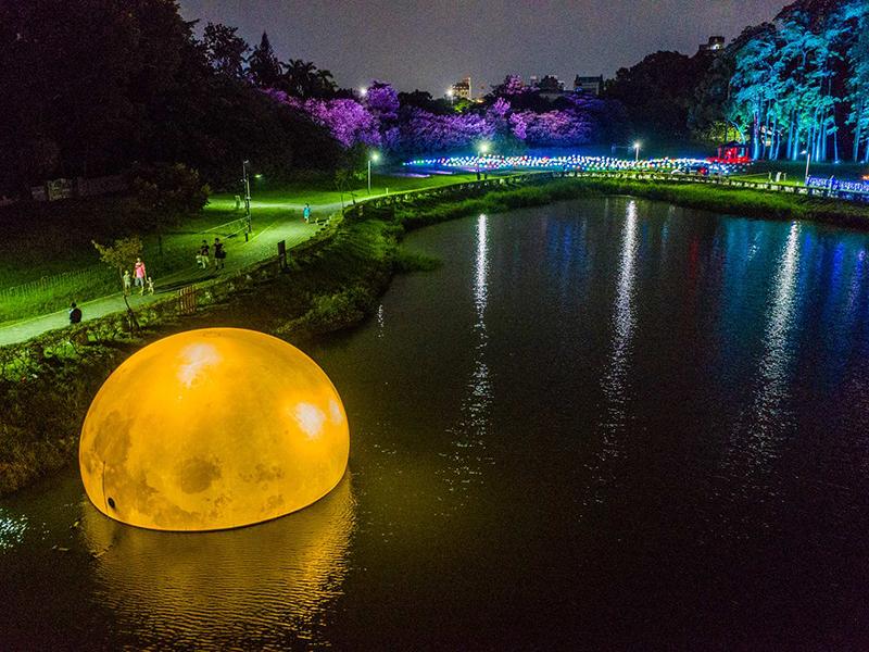 「地表最大水上月亮」在嘉義!全台最大夜遊光影藝術展登場!