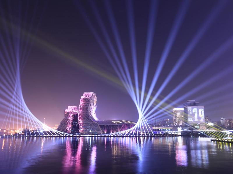 高雄「2021跨百光年」試燈!璀璨光雕藝術點亮港都夜空