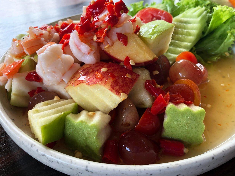 微辣泰式醬淋上爽脆蘋果、芭樂和鮮甜海味,是夏天開胃消暑的良伴。