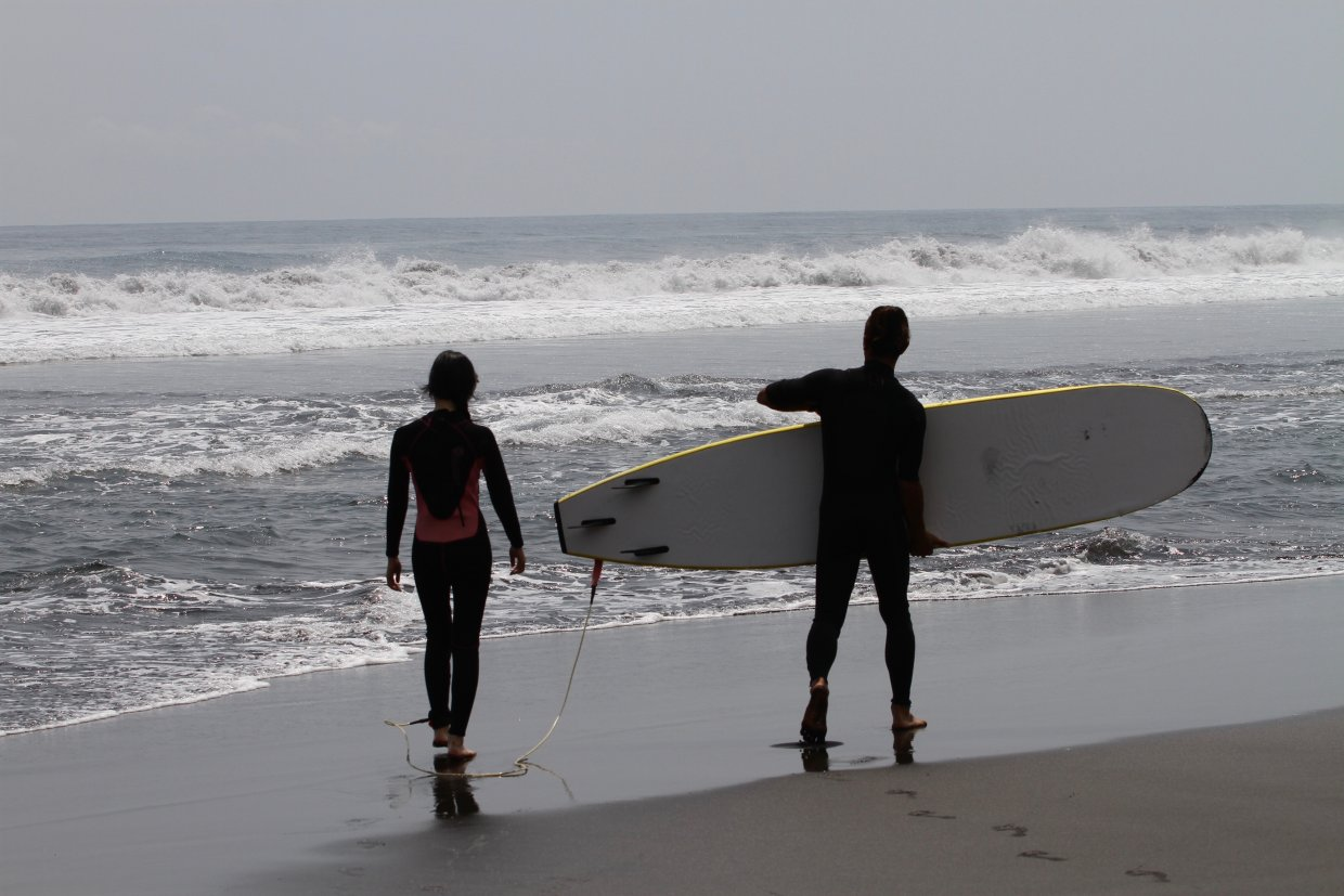 The,Silhouette,Of,The,Asian,Couple,Who,Holds,The,Surfing
