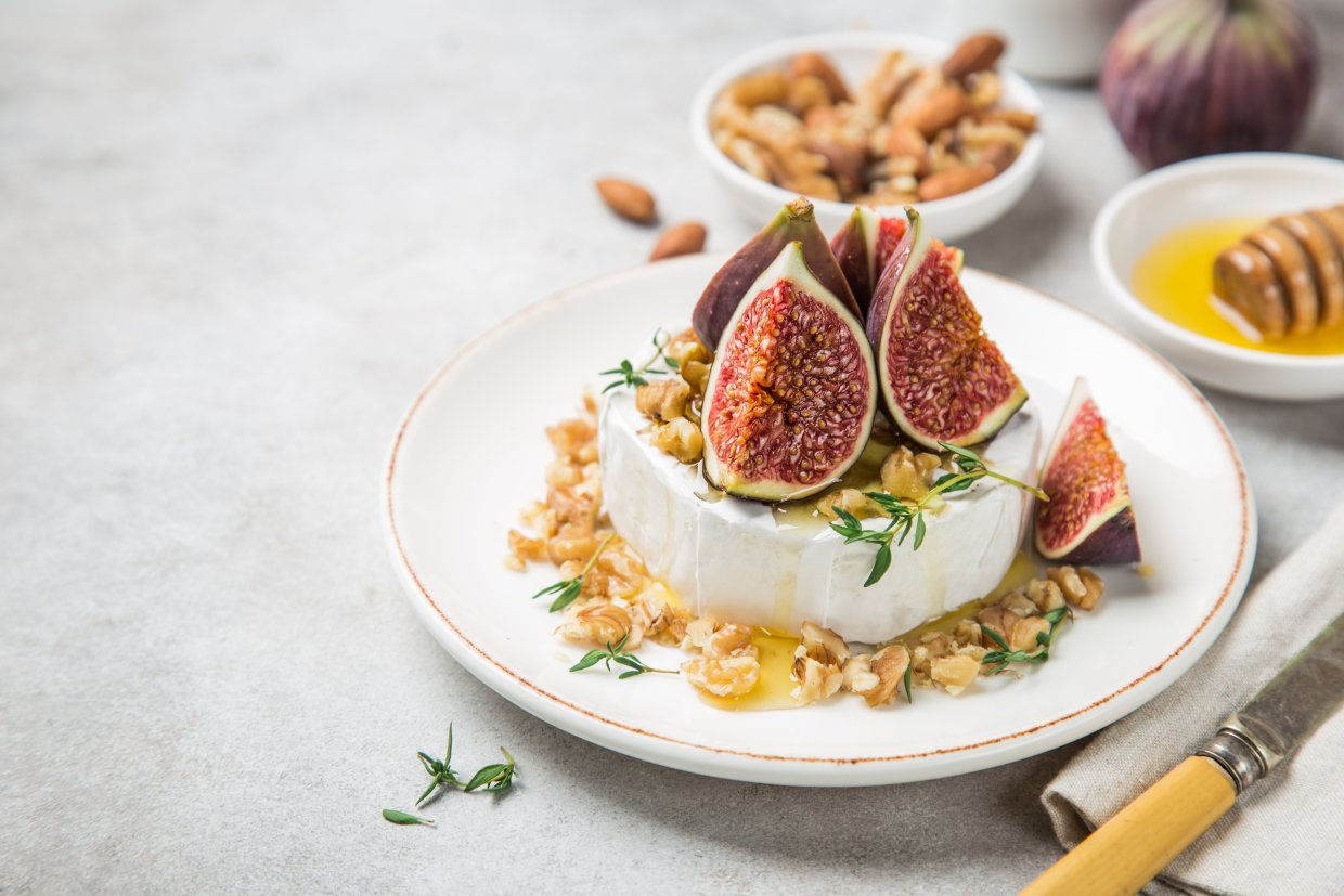 Camembert,Cheese,With,Fresh,Figs,,Walnuts,And,Honey,,Selective,Focus