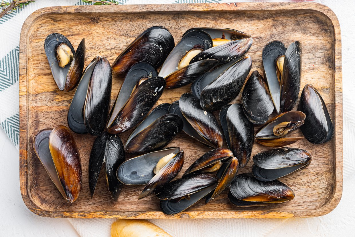Baked,Mussels,With,Ingredient,,On,Wooden,Tray,,On,White,Background,