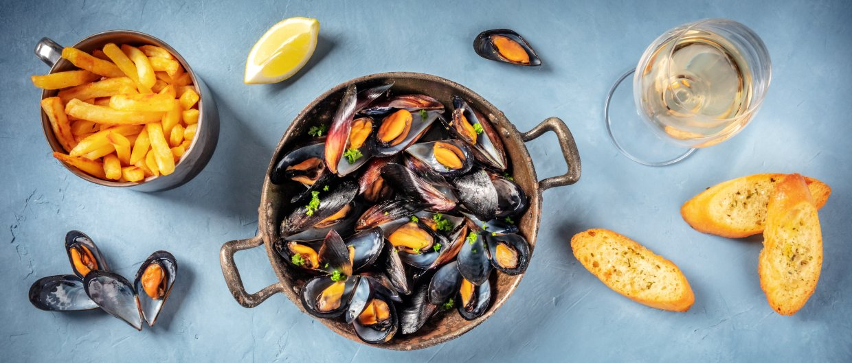 Mussels,Panorama,With,Wine,,Fries,,And,Toasts