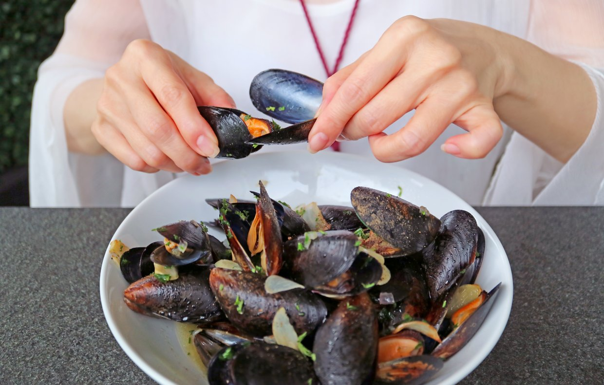 Woman,Having,Her,Steamed,Mussels,In,White,Wine,By,Using