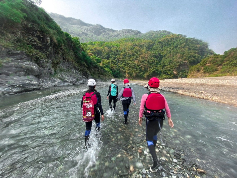 【圖十五】自然生態 野溪溫泉漂漂河 山谷間體驗刺激冒險