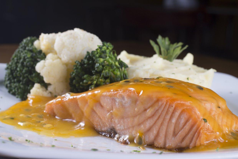 酸中帶甜的水果香氣讓油脂豐富的鮭魚更顯得清爽,也凸顯鮭魚的鮮味