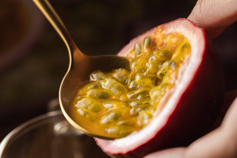 從蒂頭下約1/4切開,再用湯匙直接挖來吃,才是能吃到最甜的百香果正宗吃法!